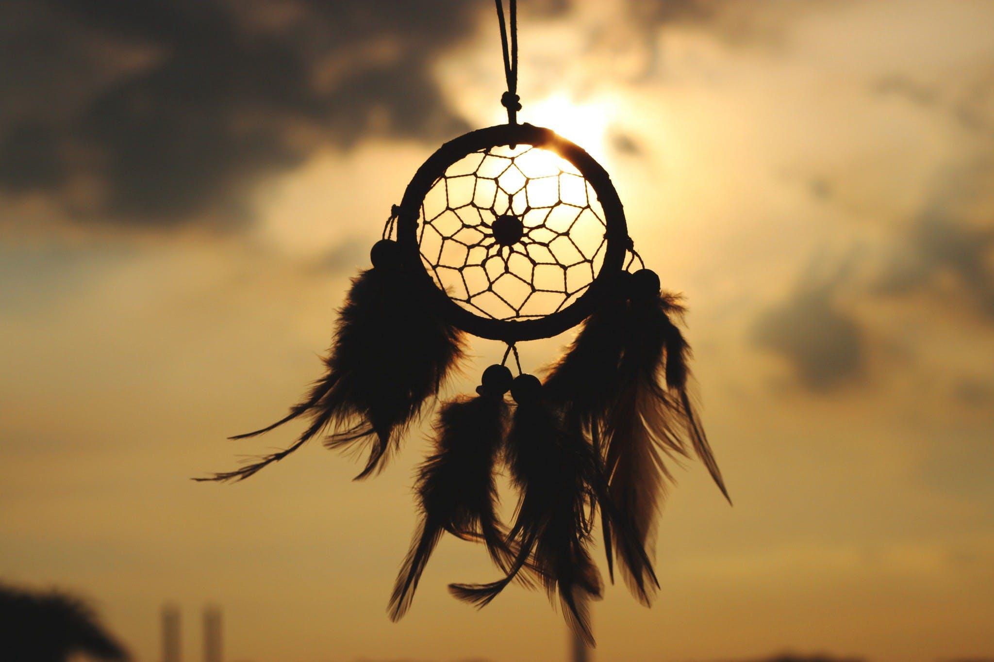 Kızılderililerin baş ucu duvarına asılan dreamcatcher (düş kapanı), inanışa göre onları kabusların gerçekleşmesinden koruyor.