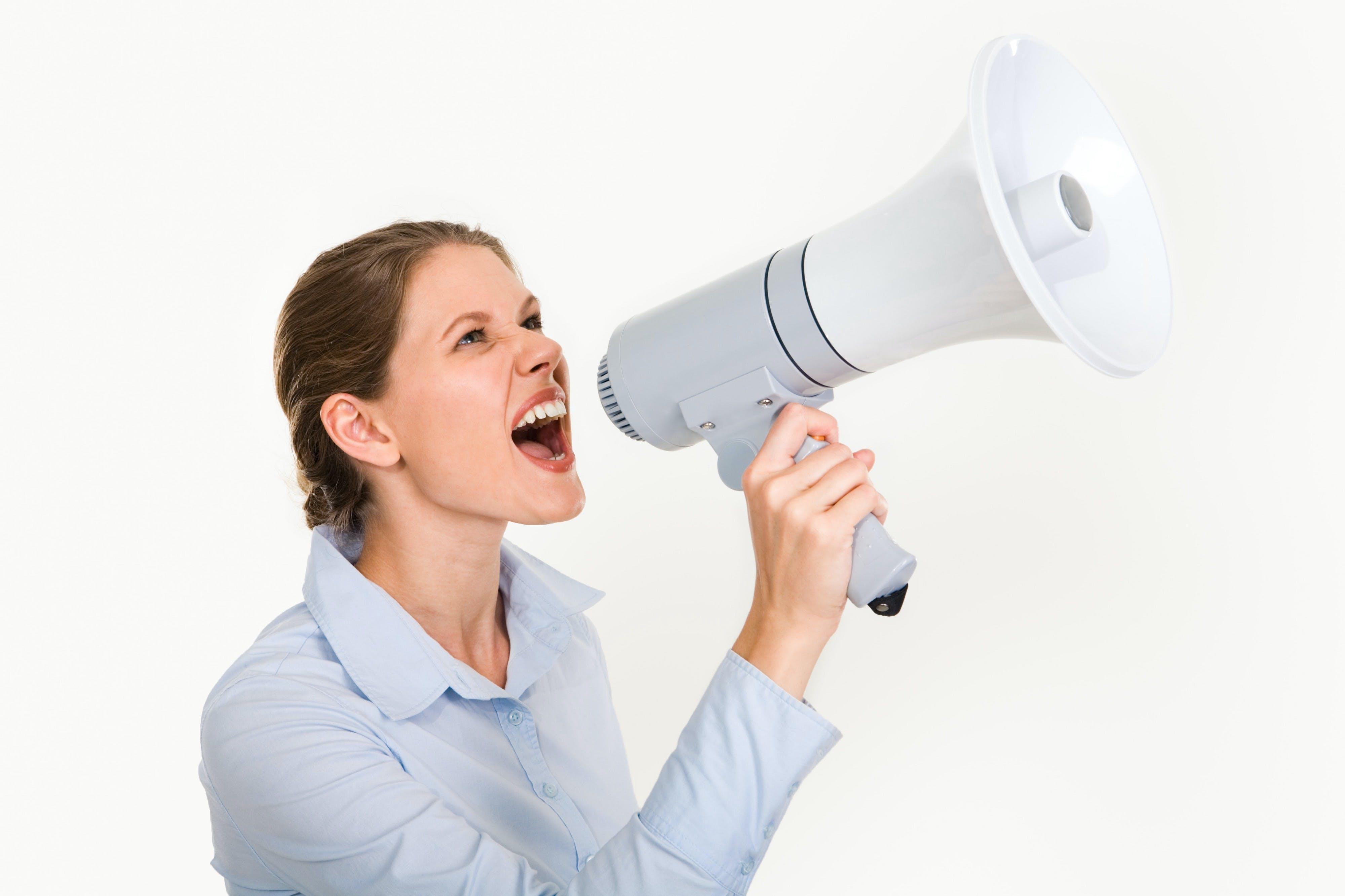 **Yüksek sesle konuşmaktan /bağırmaktan kesinlikle kaçınmalıyız**