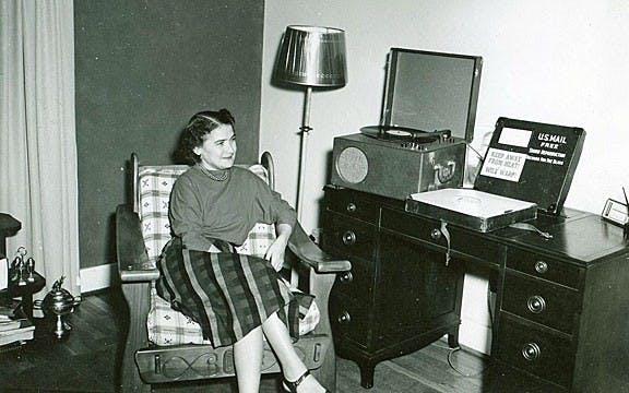 Plağa kaydedilen bir sesli kitabı dinleyen bir kadın (1939)